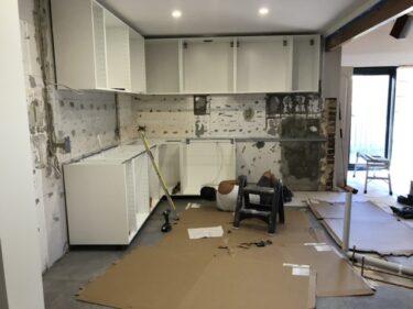 キッチンリノベーション2  床のタイル張り、キャビネット設置編